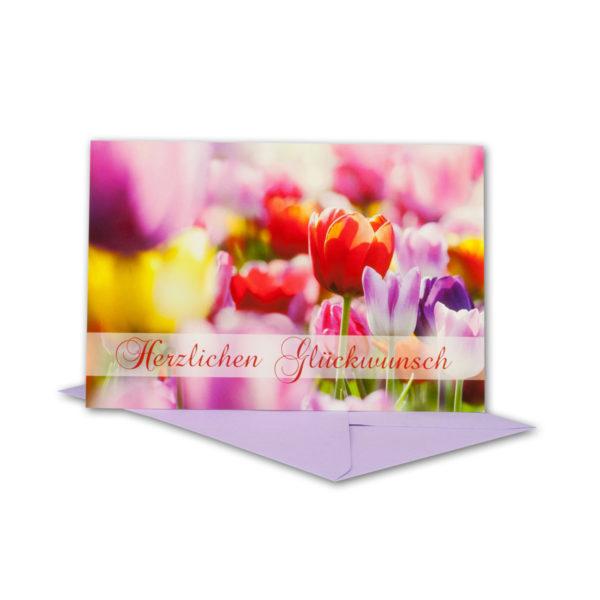 Glückwunschkarte, roter Schriftzug Herzlichen Glückwunsch, bunte Tulpen
