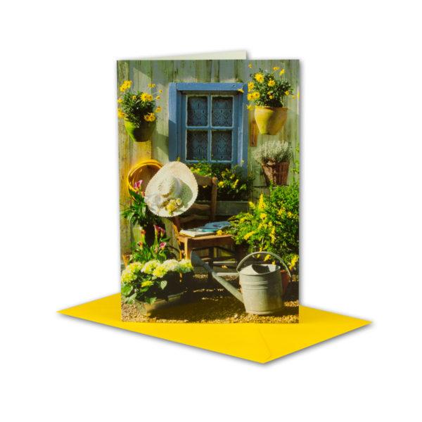 Glückwunschkarte, Blumen, Stuhl und Gießkanne
