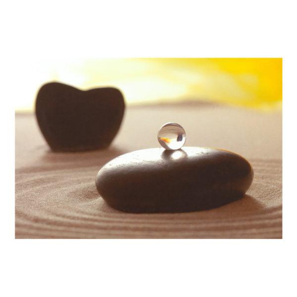 Glückwunschkarte, Stein mit Murmel auf Sand